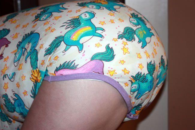 Bild, das die Playdayz-Rosa-Windel unter einem onesie zeigt