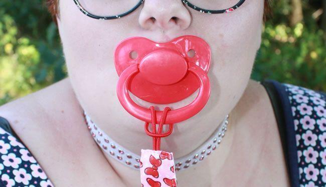Bilde som viser Little Rae med hennes røde pacifier