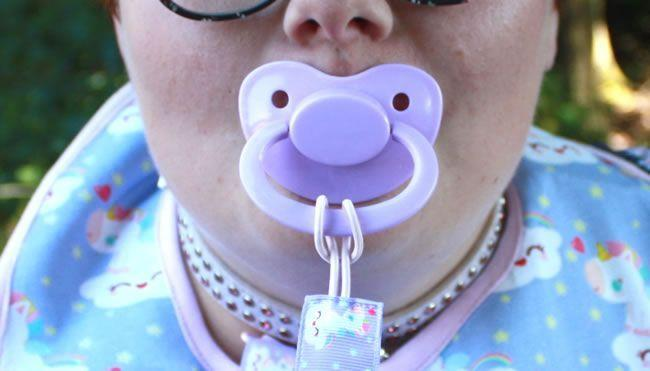 Image montrant Little Rae avec sa tétine violette