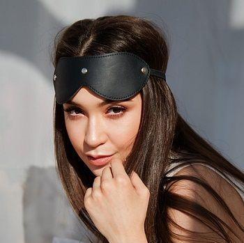 En blindfold är ett perfekt verktyg för bondage fun