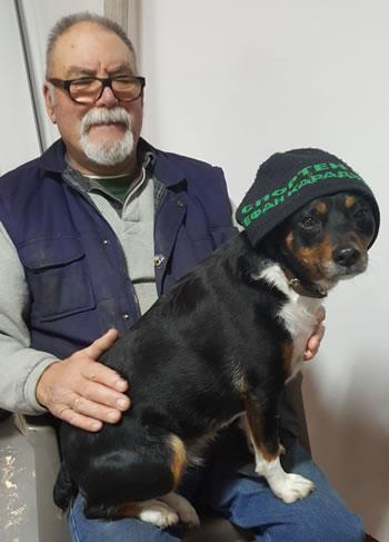 スタントコックのお父さんと狂ったように彼を失っている彼の犬を示す画像