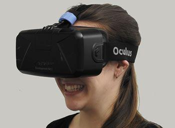 Obraz przedstawiający kobietę cieszącą się zabawą VR