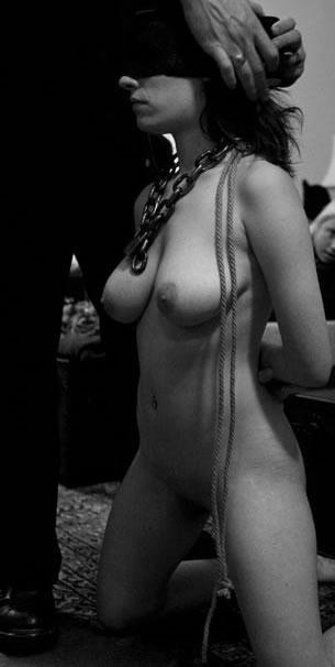 صورة تظهر امرأة عارية راكعة