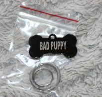 Imádom a Bad Puppy kutyatáblát, ami a készlethez tartozik