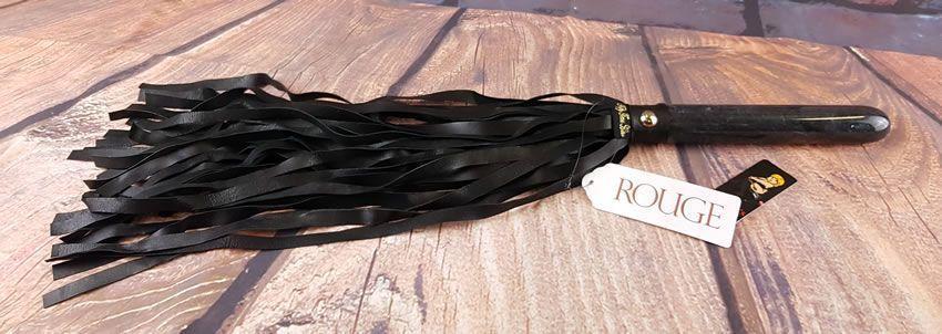 Obrázek zobrazující mramorové flogger z rouge oděvů