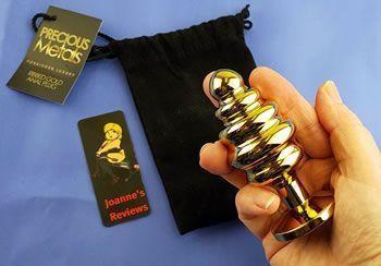 Dieser schöne, geriffelte Buttplug wird mit einer schwarzen Draw String Tasche geliefert