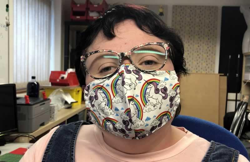 彼女のユニコーンマスクを着ている素敵なサブ