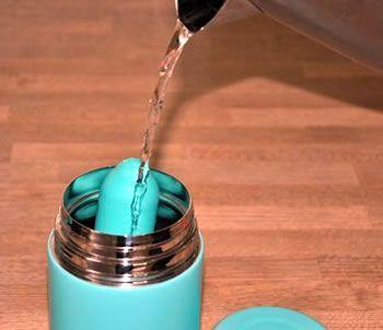 Η φιάλη χρησιμοποιείται για να συγκρατήσει το δονητή σε βραστό νερό μέχρι να μαλακώσει