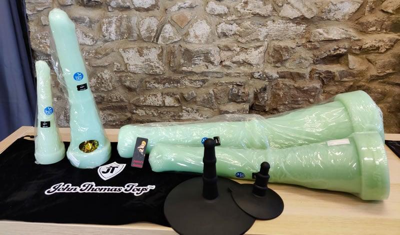 Obrázek zobrazující všechny čtyři dilda Donkey Dong a jejich tašky a adaptéry
