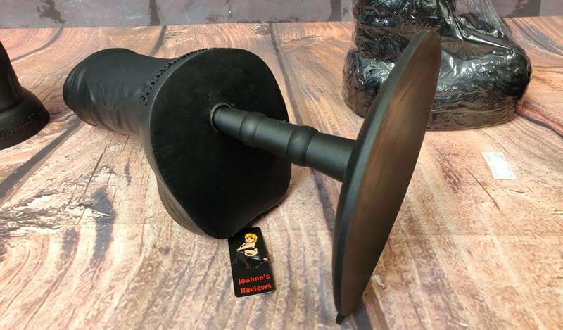vac-u-lock互換の吸盤アダプターとEssexGeezerの大型バージョンを示す画像
