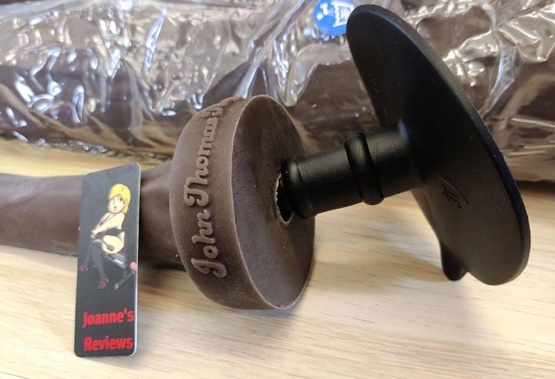 Obrázek zobrazující otvor vac-u-lock v základně dilda Henry a adaptér s přísavkou zdarma