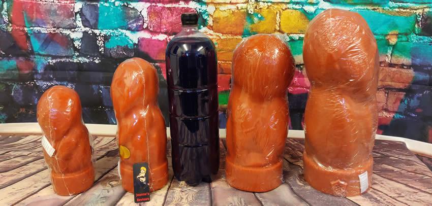 Η εικόνα δείχνει τα μεγέθη του dildo IT με ένα μπουκάλι αναψυκτικών ως σύγκριση