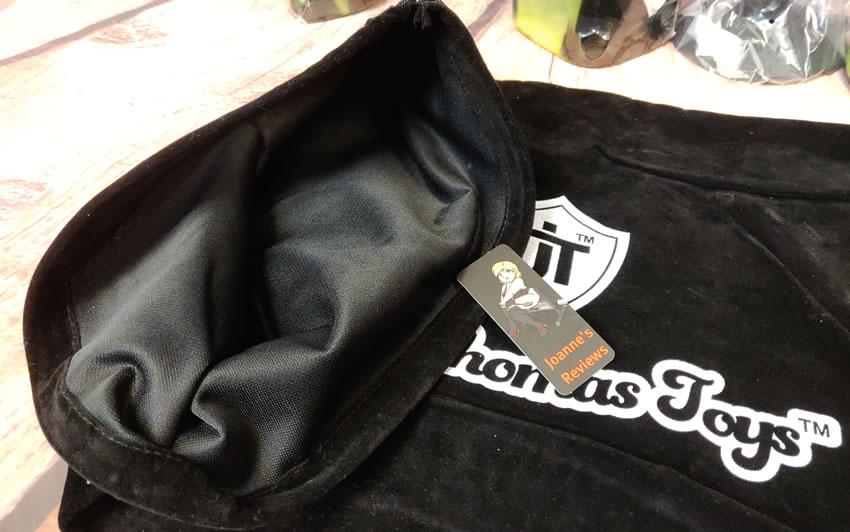 Imagem mostrando a bolsa de armazenamento resistente que você ganha com esses dildos