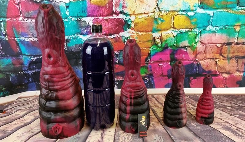 Imagem mostrando todos os quatro tamanhos do PARASITE ao lado de uma garrafa de refrigerantes