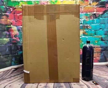 Bilde som viser den enorme boksen den siste bunken med dildoer fra John Thomas Toys ankom