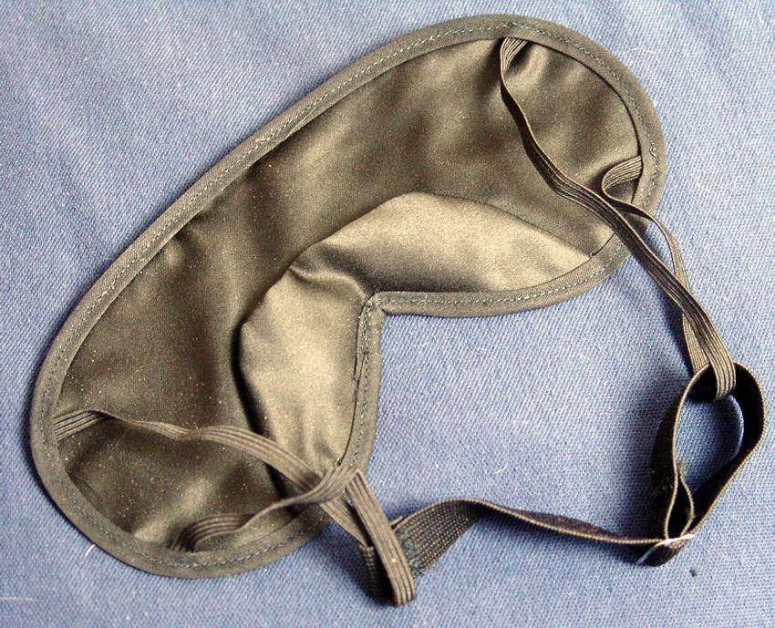 Plecy mojej piżamy do oczu mają jedwabisty materiał i elastyczne paski