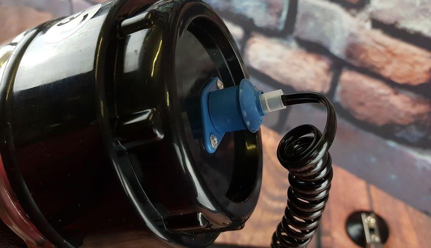 Abbildung des an der Rückseite der Maschine angeschlossenen Netzkabels