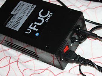 Die Stromversorgungsbox nimmt die zwei Kabel auf