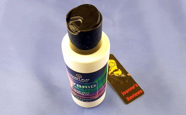 Afbeelding met het klepdeksel op de fles Secret Play Hybrid Lube