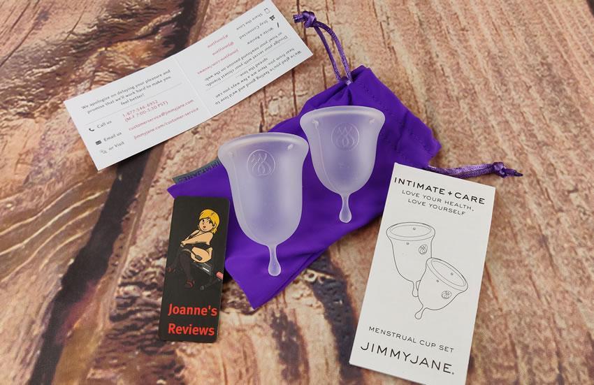Obrázek znázorňující dva menstruační poháry Intimní péče Jimmy Jane, pokyny a tašku