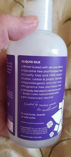 Sliquid Silk viene en una elegante botella