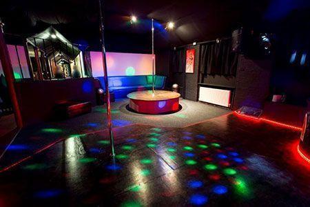 Die Tanzfläche ist riesig mit moderner Disco-Ausrüstung