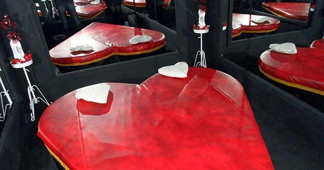Az egyik kedvenc szobám szív alakú ágy és tükrök az összes falon és a mennyezeten - kinky