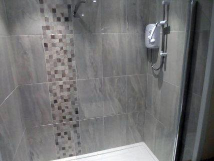 Die Dusche ist unglaublich mit zwei neuen Duschen, die sich gut anfühlen