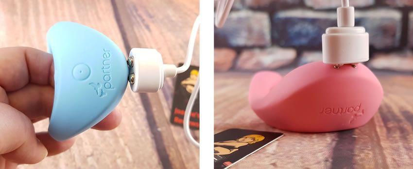 Bilder som visar de magnetiska USB-laddningskablarna monterade på Multifun-vibbarna