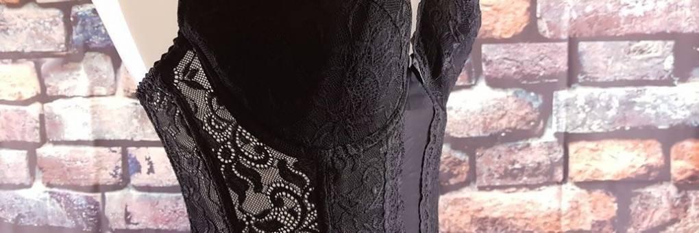 Svart blomknäppt metallbenet 6 Rem Suspender Basque Review