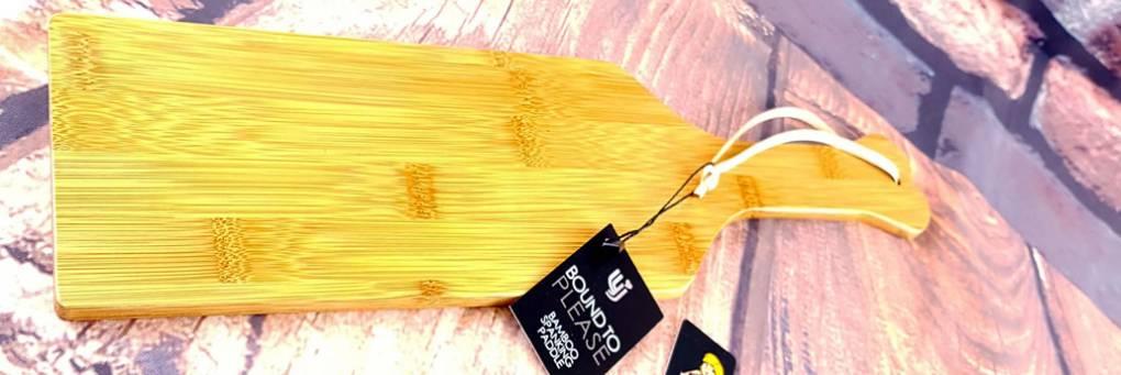 竹スパンキングパドルをいじるためにバインド